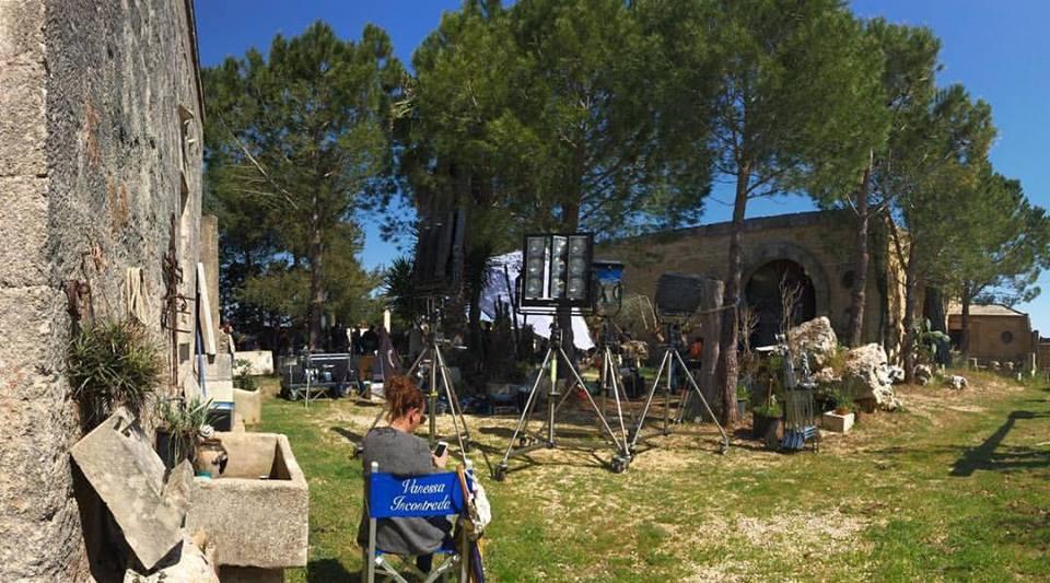 Vanessa Incontrada_Masseria Palmieri_riprese_Non c'è Kampo_il regista romano Federico Moccia sceglie il Laboratorio Artistico di Giuseppe Corrado.jpg